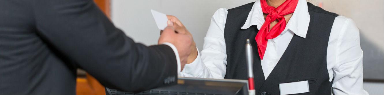 Une réceptionniste reçoit un client