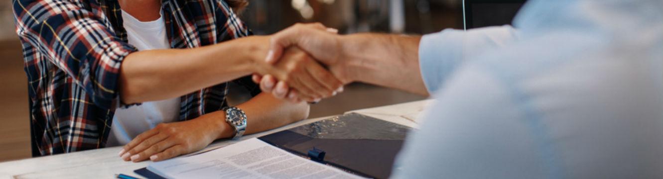 Un candidat et un recruteur finalisent une incription