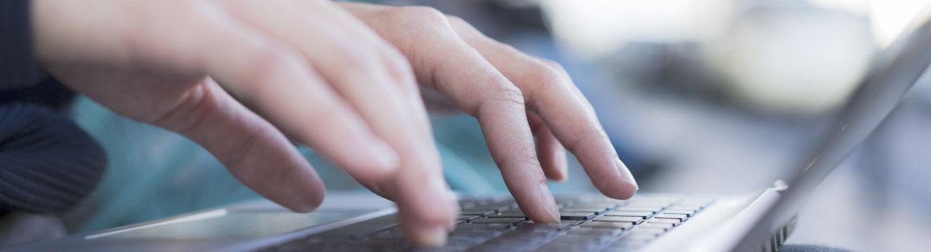 Un candidat postule à une offre d'emploi en ligne