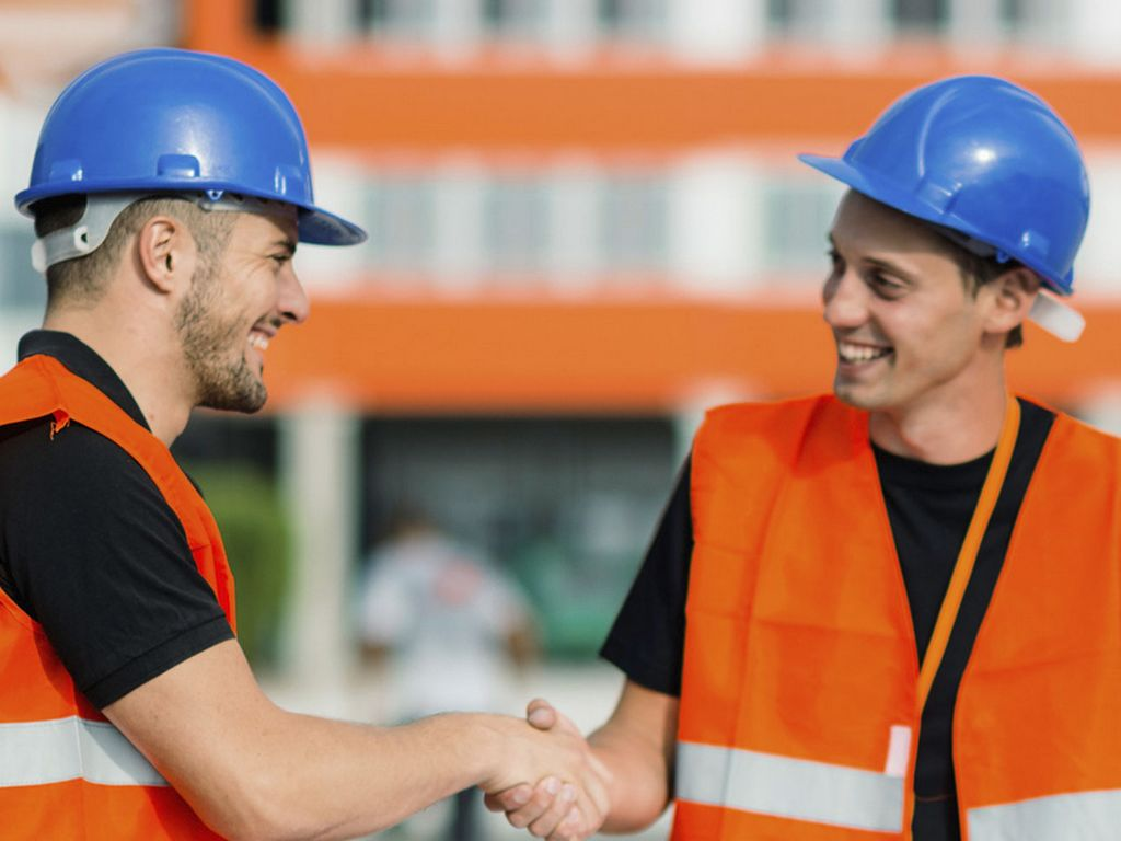 Photo de chefs de chantier prenants des décisions